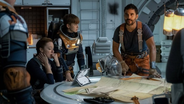 Molly Parker, Max Jenkins, Ignacio Serricchio, Lost In Space Season 2 (2019) Credit: Eike Schroter / Netflix / The Holly