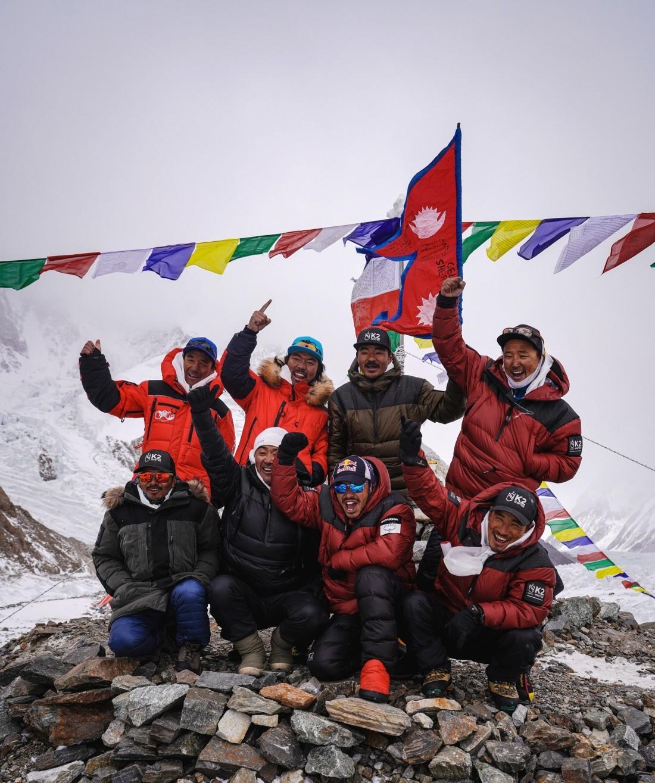 Equipo de escaladores de Nepal se ve durante la ceremonia Puja