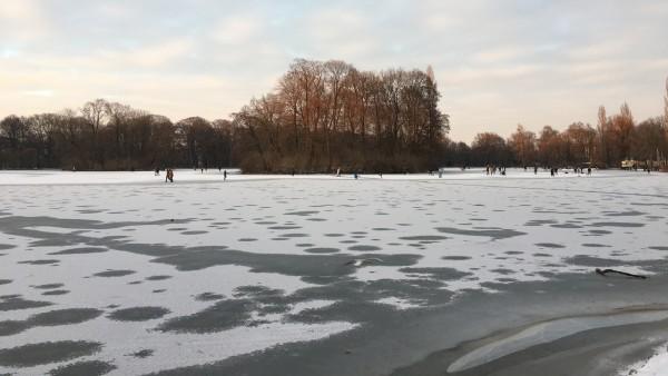 Englischer Garten: Menschen wandern über den zugefrorenen Großhesseloher See in München.