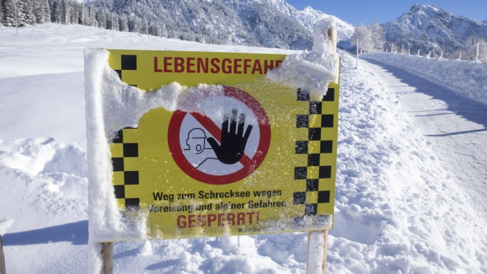 220116 Alpen. Nach den tagelangen Schneefällen in den Alpen ist die Lawinengefahr massiv angestiegen. Aktuell herrscht