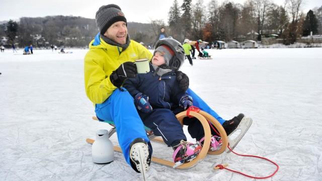 Weßling: starke Frequentierung der Eisfläche auf dem Weßlinger See  Eine kleine pause zwischendurch muss auch mal sein bei Tobias Hellmanzik und Sohn Tim
