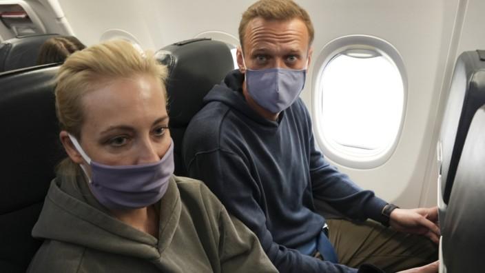 Alexej Nawalny und Ehefrau Julia auf dem Flug von Deutschland nach Moskau