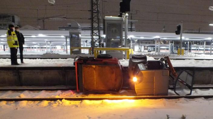 Schneeräumfahrzeug fällt ins Gleis