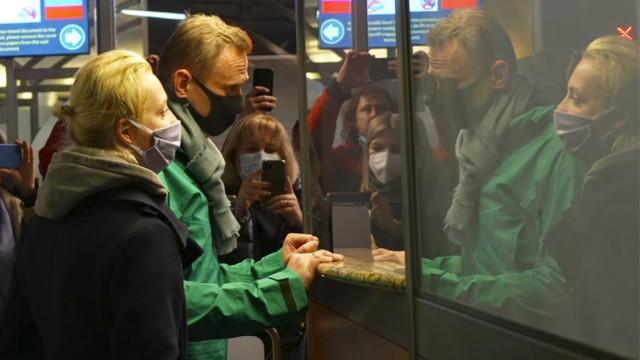 Russland: Kremlgegner Alexej Nawalny nach der seiner Ankunft am Flughafen Scheremetjewo