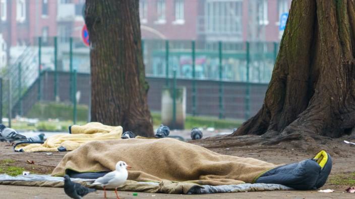 Obdachloser liegt in der Hamburger Innenstadt in seinem Schlafsack auf dem Boden -;Obdachloser liegt in der Hamburger In