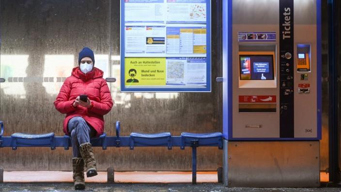 Coronavirus - Warten auf die Straßenbahn