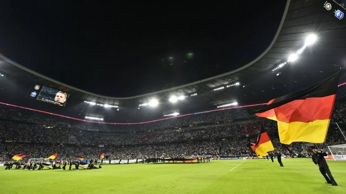 Fahnenschwenker mit deutscher Flagge vor Spielbeginn im Stadion Allianz Arena München Bayern Deu