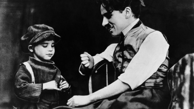 THE KID, Jackie Coogan, Charles Chaplin, 1921 Courtesy Everett Collection PUBLICATIONxINxGERxSUIxAUTxONLY Copyright: xCo