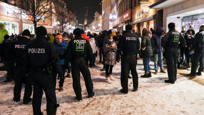 Demonstration gegen Corona Auflagen 17.01.2021 FÜRTH Eine Polizeikette in der Fürther Fußgängerzone. Die Demonstration