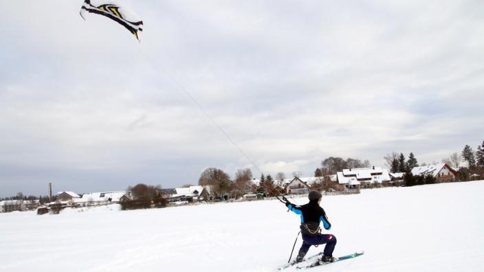 Tummelplatz der Kite-Skifahrer; Skikiter bei Pentenried