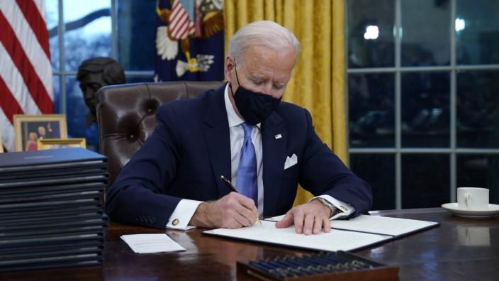 US-Präsident Joe Biden an seinem ersten Amtstag im Oval Office