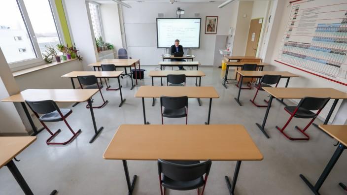 Corona in Deutschland: Unterricht während des Lockdowns in einem leeren Klassenzimmer