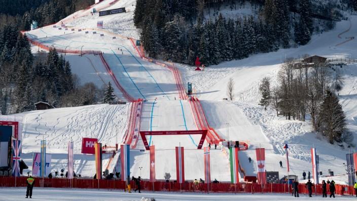 Ski alpin in Kitzbühel: So ungefähr müssen sich die Hahnenkammrennen in den Fünfzigerjahren angefühlt haben: der einsame Zielraum der Streif beim ersten Abfahrtstraining am Mittwoch.