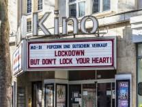 Kino und Kultur leiden unter der Corona-Pandemie. Das Delphi Arthaus Kino in Stuttgart bietet Gutscheine und Popcorn an