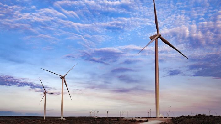 Wind Farm in Ft. Davis, Texas with colorful sky United States, Texas, Fort Davis PUBLICATIONxINxGERxSUIxAUTxONLY CR_MAMO