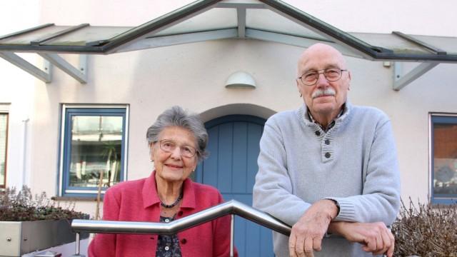 Ehepaar wartet auf Corona-Schutzimpfung