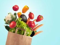 Recyclable bag of fresh vegetables on blue summer sky background Barcelona, CT, Spain PUBLICATIONxINxGERxSUIxAUTxONLY C