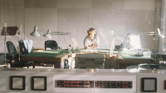 Sabine Töpperwien 07/87 dar Frau Moderation Radio Journalismus dunkelhaarig Locken leger quer halb sitzend Studio moder