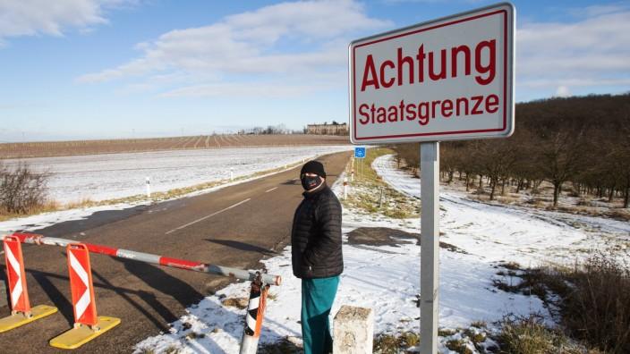 AUSTRIA - CZECH - HEALTH - VIRUS - BORDER ÖSTERREICH; SCHRATTENBERG; 20210114; Pepo, ein Bewohner von Valtice ist die g
