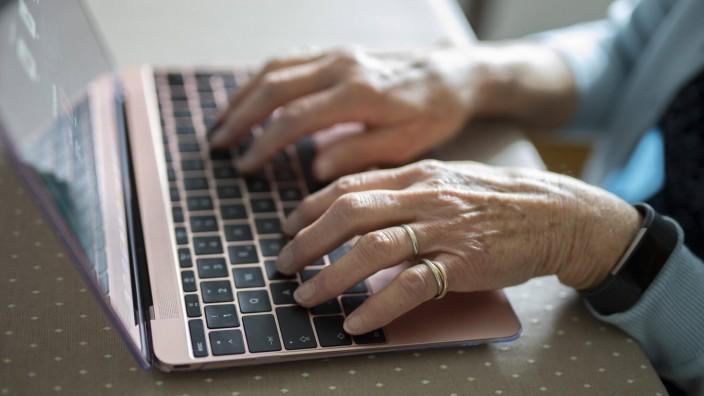Creative Highlights Symbolfotos Haende auf der Tastature eines Laptop. Radevormwald Deutschland *** Hands on the keyboar