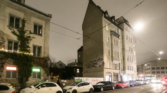 Grundstück Metzgerstraße 5a in Haidhausen. Ich gehe davon aus, dass es die Lücke ist, das Haus links daneben hatte Hausnummer 5, das rechts daneben hatte schon eine Nummer mit anderem Straßennamen.