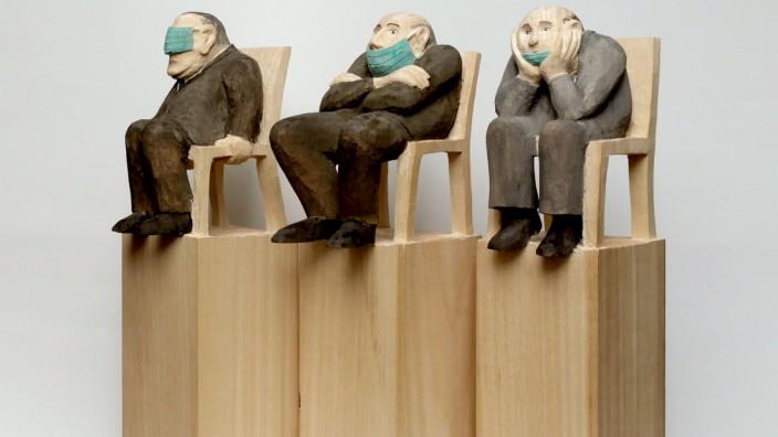 """Magie der Masken, Kulturzentrum Trudering. Ljuba Stille mit ihrer Skulptur """"Verquere Denker"""""""