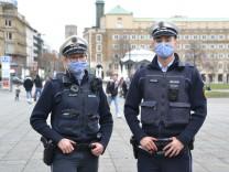 Corona-Maßnahmen: Die Polizei, dein Freund und Abstandsmesser