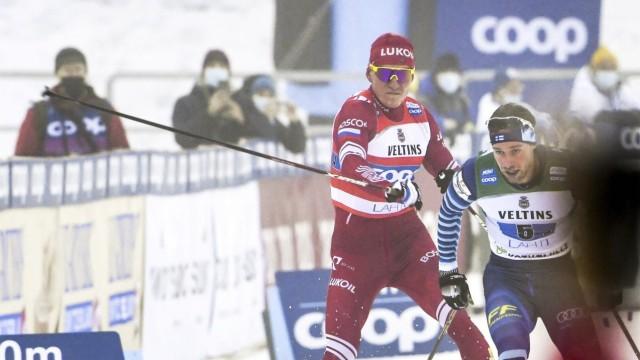 Langlauf: Alexander Bolschunow attackiert seinen Kontrahent Joni Mäki