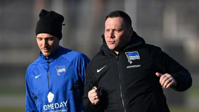 Fussball, Herren, Saison 2020/2021, 1. Bundesliga, Hertha BSC, Training, v. l. Niklas Stark (Hertha BSC), Trainer Pal D