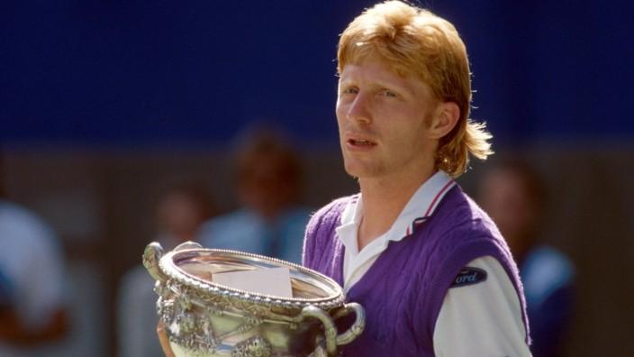 Boris Becker (Deutschland) mit dem Siegerpokal; Boris Becker (Deutschland) mit dem Siegerpokal bei den Australian Open 1991 nach dem Finale gegen Ivan Lendl