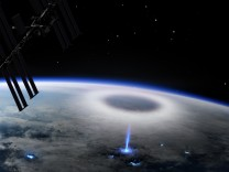 Wetterphänomen: Blaue Blitze Richtung Weltraum