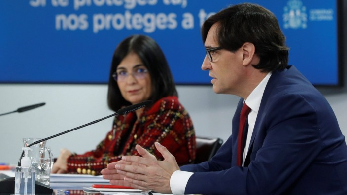 Spanish Health Minister Salvador Illa (R) and Spanish Territorial Policies Minister Carolina Darias (L) addres a press