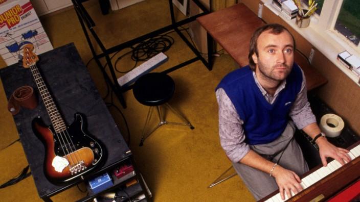 Phil Collins wird 70: Pullunderträger Phil Collins, allein zu Haus in Surrey, in den frühen 80ern. Auf der Suche nach der tödlichen Melodie. Sicher ist: Er wird sie finden.