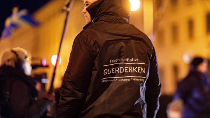 Demonstration gegen Corona Auflagen und gegen den Bayerischen Verwaltungsgerichtshof 24.01.2021 MÜNCHEN Eine Ordner mit