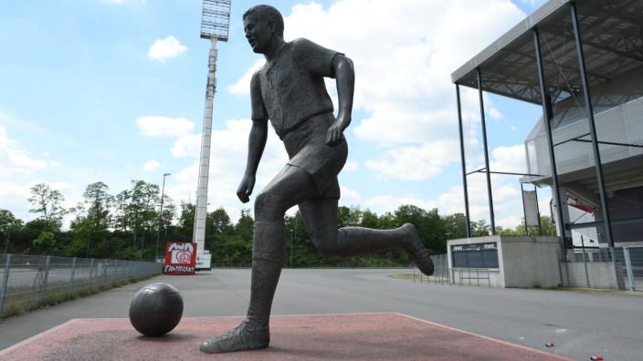 13.05.2020, Fussball GER, Regionalliga West, Saison 2019 2020, SC Rot Weiss Essen, Bronzestatue von Fussballlegende Hel; x