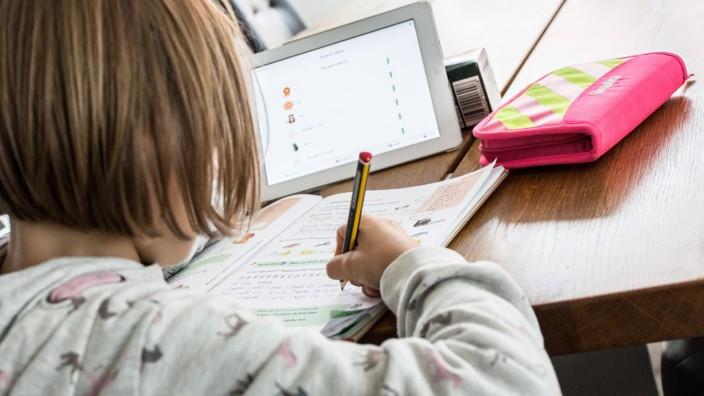Bamberg, Deutschland 04. Januar 2021: Ein Schulkind macht zu Hause am Tablet mit einem Online-Lernprogramm Homeschoolin
