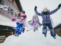 Three children playing in the snow, Jochberg, Austria model released Symbolfoto PUBLICATIONxINxGERxSUIxAUTxHUNxONLY PSIF