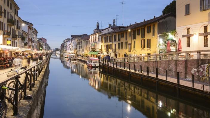 Kanal Naviglio Grande im Stadtviertel Navigli Restaurants am Abend in Mailand Lombardei Italien