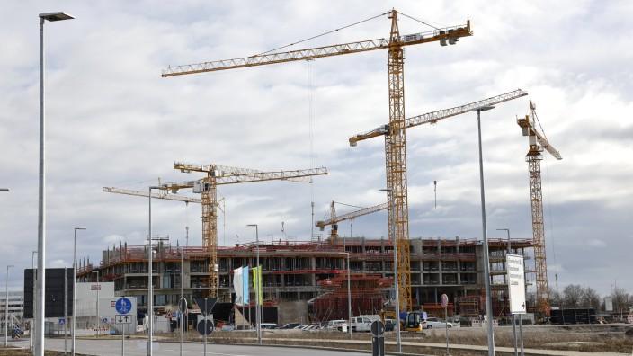 Baustelle am Münchner Flughafen: Bis jetzt hat die Corona-Pandemie die Pläne für die Errichtung des LabCampus am Münchner Flughafen kaum beeinträchtigt. Ein erstes Gebäude soll im ersten Quartal 2021 in Betrieb genommen werden.