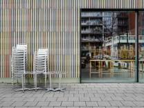 Stühle vor einem Cafe in München, 2020