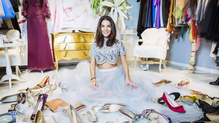 Ella Deck Designer und Inhaber Ella Deck Couture berät Schauspielerin Lilli Hollunder bei der Kl