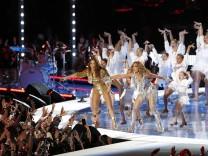 Singers Shakira, left, and Jennifer Lopez