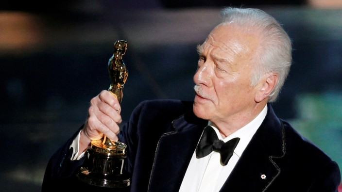 FILE PHOTO: Plummer, accepts the Oscar for best supporting actor  for his role in 'Beginners' at the 84th Academy Awards in Hollywood