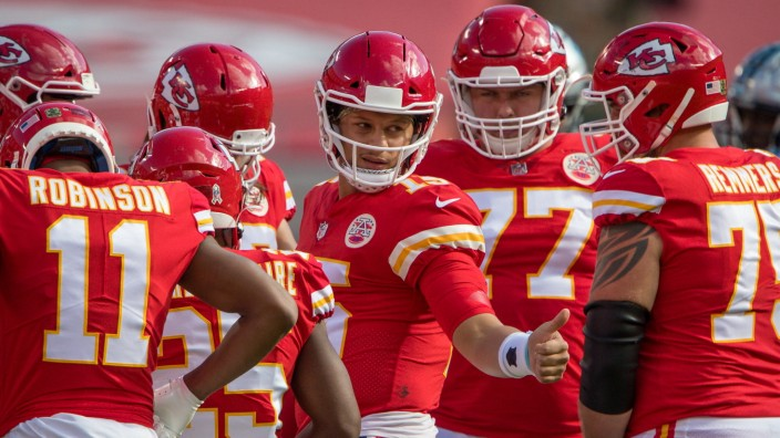 KANSAS CITY, MO - NOVEMBER 08: Kansas City Chiefs quarterback Patrick Mahomes (15) during a huddle during the game agai