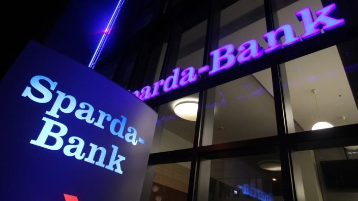 Logo an einer Filiale der Sparda Bank in der Innenstadt München am Abend Bayern Deutschland *** Lo