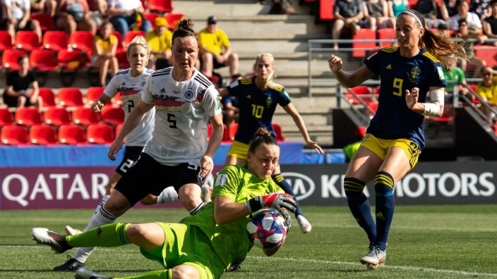 190629 Goalkeeper Almuth Schult of Germany and Kosovare Asllani of Sweden during the FIFA Women s W; Fußball - Frauen - Nationalmannschaft - Almuth Schult