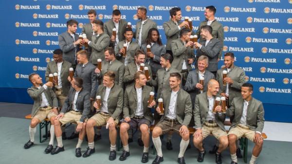 Team des FC Bayern München in Lederhosen
