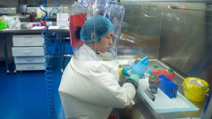 Labor-Unfälle: Archivfoto aus einem Hochsicherheitslabor in der chinesischen Stadt Wuhan. Konnten Viren aus so einem hermetisch abgeriegelten Raum entweichen?