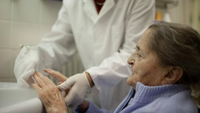 94 jährige Frau im Altenpflegeheim Deutschland 94 years old woman at a nursing home Germany