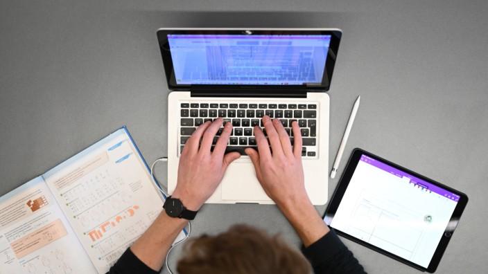 Coronavirus - Fernunterricht am Laptop